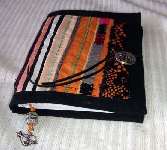 Stoffbuch mit Knopf und Innentasche